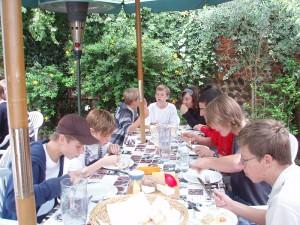 img-alumnos-comiendo