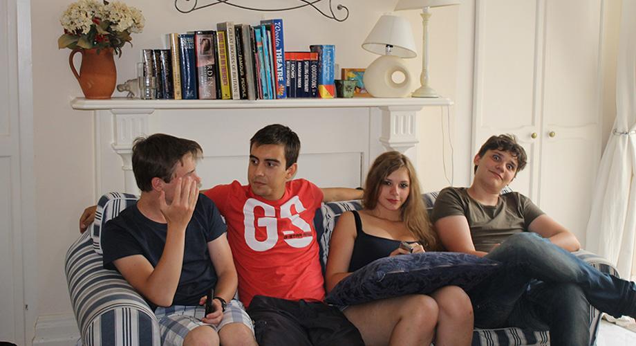 img-alumnos-sofa